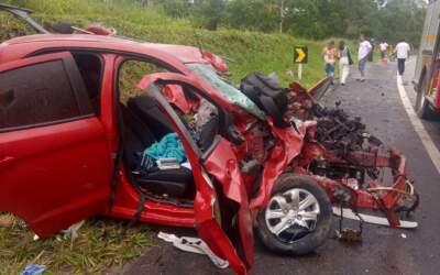 Jovens ficam feridos após batida entre carro e caminhão na MG-050