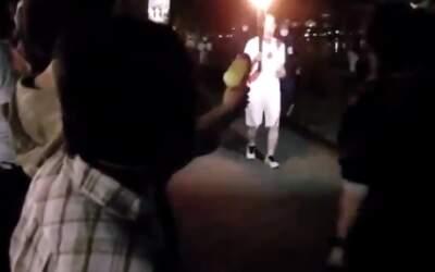 Mulher é detida ao tentar apagar tocha olímpica