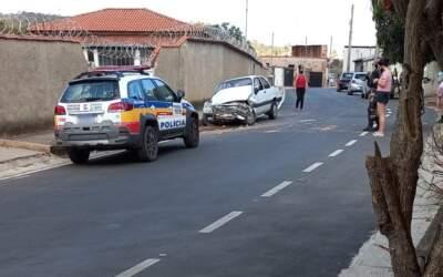Mulher rouba carro e bate em muro durante tentativa de fuga