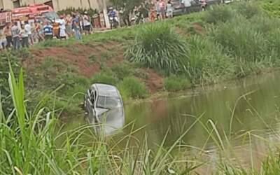 Mulher morre após carro cair em lagoa em Pará de Minas