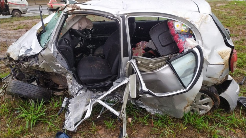 Homem morre após capotar o carro na BR-262; passageira fica ferida